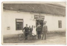 Čp. 1, r.1930 -pošťák Sirůček, 2ženy, Münsterová Fr., obec. policajt Němec Josef